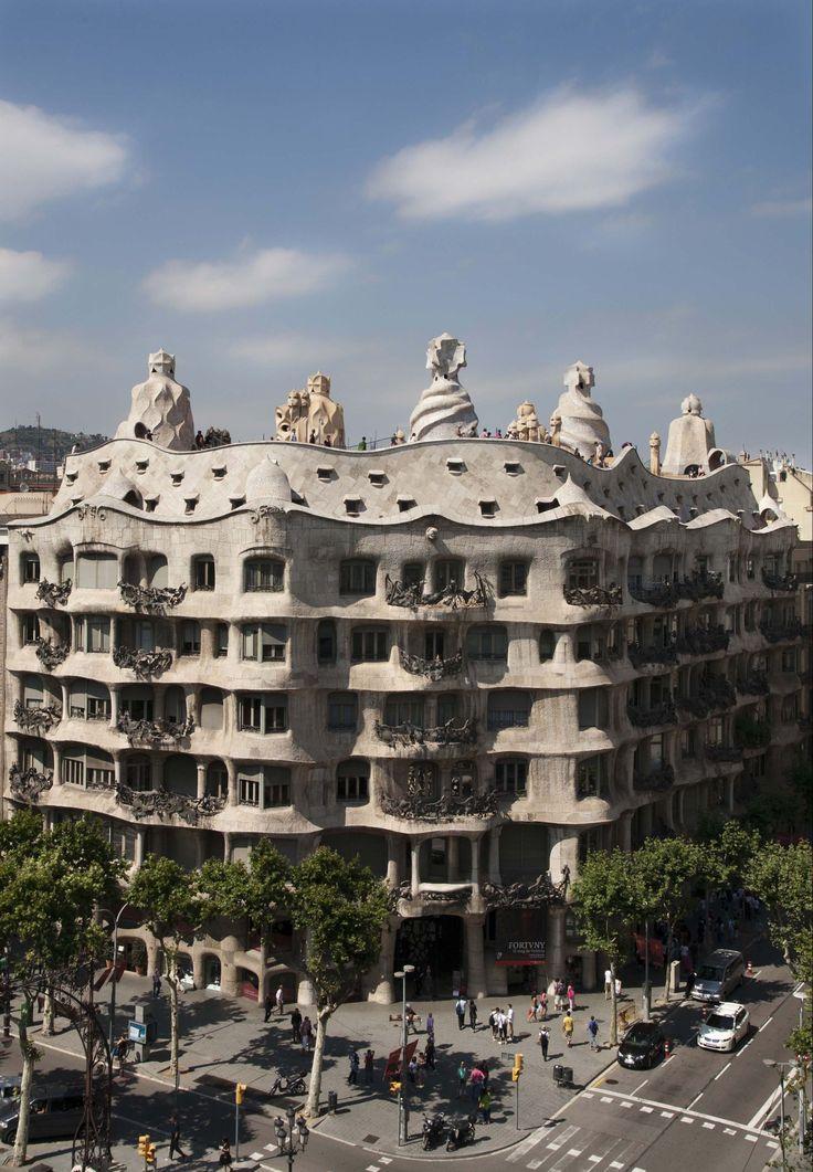 El industrial Pere Milà y su esposa, Roser Segimon, encargaron a Gaudí la construcción de un edificio con el fin de destinar la planta principal a su propia residencia y dejar el resto de pisos en alquiler. Gaudí construyó un edificio que contaba con todas las ventajas de la vida moderna, como ascensor, agua caliente, gas y garaje subterráneo, que lo convertían en una de las más confortables de la ciudad.