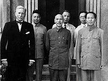 From left to right: US diplomat Patrick J. Hurley, Chiang Ching-kuo, Chiang Kai-shek, Chang Ch'ün, Wang Shi Jie (王世杰), Mao Zedong.