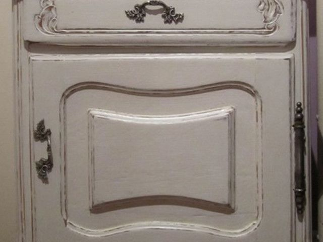 Mesa de luz estilo Provenzal restaurada y patinada en blanco desgastado.