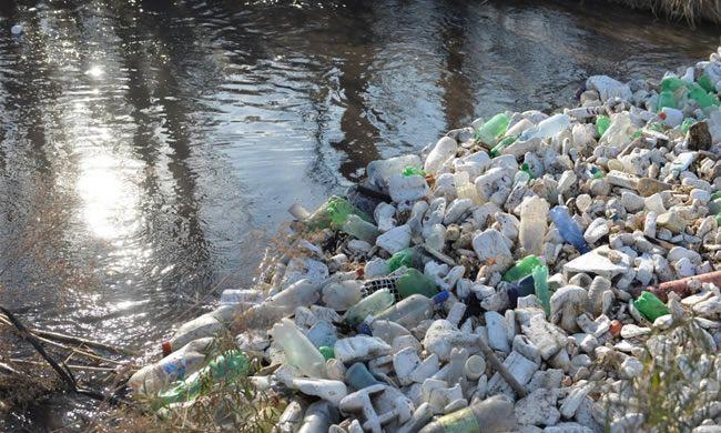 Las botellas de plástico son una de las principales fuentes de contaminación de los cauces mendocinos.