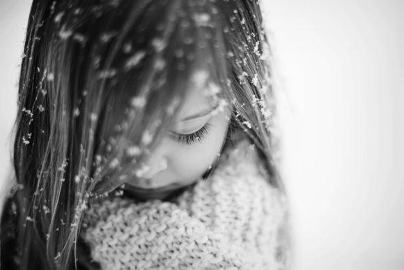 Pequeños copos de nieve se posaban sobre sus mejillas