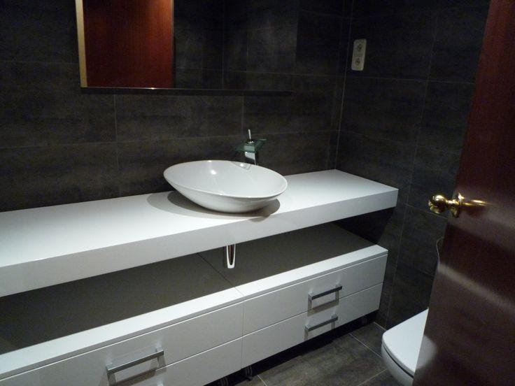 Ba o en blanco y negro mueble a medida con lavabo sobre for Mueble lavabo sobre encimera