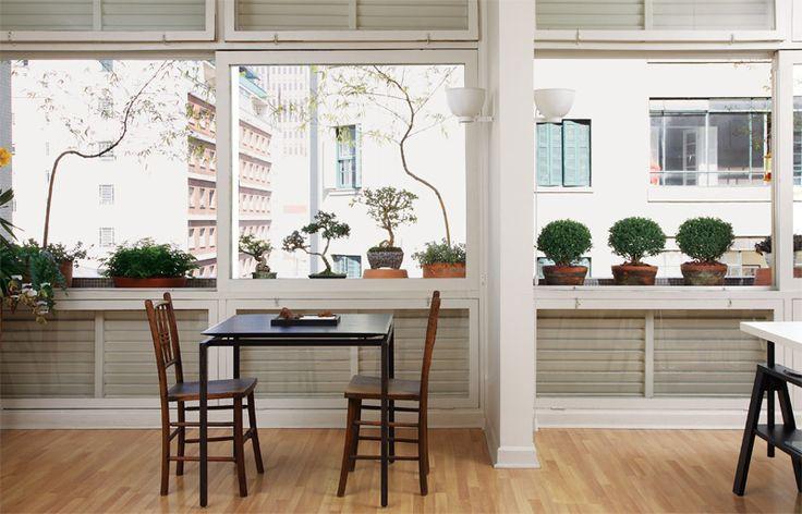 """Foi em um prédio dos anos 1950 que Naoki Otake encontrou o seu ideal de arquitetura – e também de paisagismo. Bastante iluminado, requisito que o arquiteto considera fundamental, o apartamento conta ainda com uma jardineira, que se estende por 6 m de janelas contínuas. """"Na época da construção, o desenho marcante da fachada era uma característica comum dos edifícios"""", conta Naoki, explicando o motivo da proliferação dessas foreiras externas."""