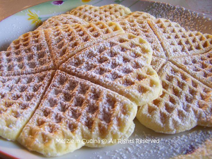 Waffle Dolci, ricetta che prevede l'utilizzo di un solo uovo nell'impasto, che rende i Waffle soffici e leggeri, adatti anche alla prima colazione.