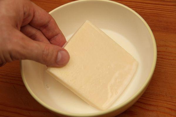 """Kiadósabb, olcsóbb és finomabb, ha otthon, mi magunk készítjük el a rántott sajtot. Ezzel azonban mindig akad egy jól ismert probléma: sütés közben szétfolyik a rántott sajt és az egész """"rossz"""" lesz."""