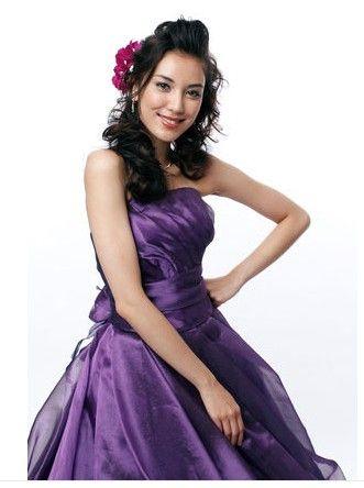 高貴なパープルドレスには軽やかにポンパドールがぴったり♡カラードレスの髪型 ダウンスタイル まとめ