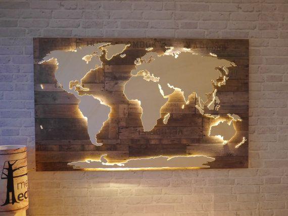 Nord- und Südamerika, Afrika, Eurasien, Australien und die Antarktis sind leicht erhöht angebracht und werden von unten mit einem dezenten LED-Lichteffekt beleuchtet. Kleinere Inseln sind tiefer angebracht und werden indirekt angestrahlt, wodurch ein spannender 3D-Effekt zustande kommt.  Der Hintergrund besteht aus dunkel gehaltenen Holzplatten im aktuellen Vintage-Look. Die Aufschriften auf dem Holz können aufgrund des Dekors ab und zu variieren.  Ein tolles Geschenk für Vielreiser…