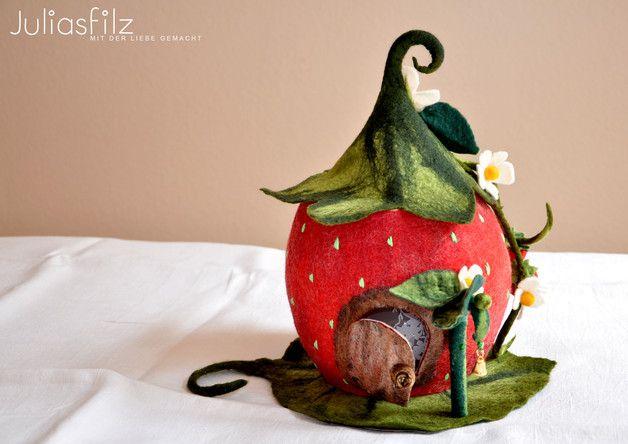 Das ist eine Lampe die im Nassfilztechnik umfilzt wurde, und als Zauberhaftes Erdbeer-Haus gemacht. Das ist ein ideales Geschenk und ein ungewöhnliches Zimmer-Deko. Mann kann als Lampe oder als...