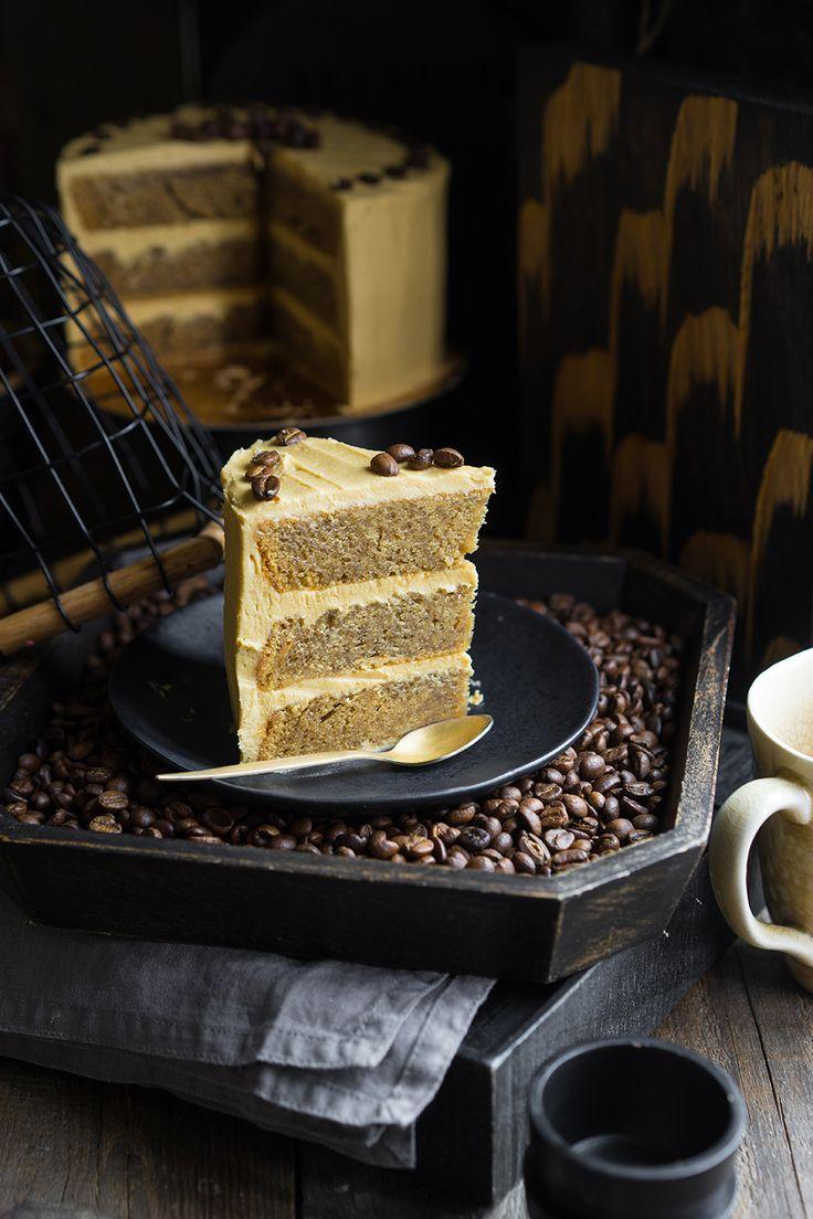Кофейный торт — простая американская история Мода на красивые, яркие и небольшие тортики, определённо, пришла из Америки. Постепенно мы привыкли, что тортик должен быть скорее высоким, но узким, чем наоборот. Теперь это даже не мода, а скорее стандарт. И теперь мы каждый день делаем или видим безумно красивые произведения искусства — торты с потёками шоколадной...