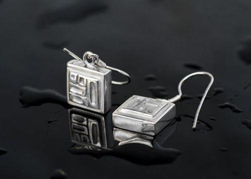 TYYNI HELLE egyedi ezüst kockás fülbevaló.  Ha saját egyéni ötletedet szeretnéd elkészíttetni -ékszer :gyűrű, medál, fülbevaló, karkötő- keress meg nyugodtan. Érdeklődés és rendelés: tyynihelle@gmail.com,  www.szilasjudit.hu   06-20-217-59-65