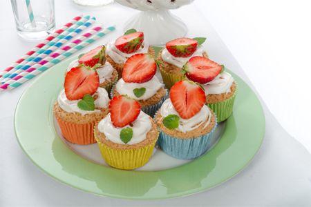 Freschi dolcetti monoporzione, a forma di cupola, preparati con il Pan di Spagna, farciti all'interno e ricoperti con una fresca crema di #fragola e #banana. Da gustare in compagnia!  Scopri le nostre #ricette: http://www.dimmidisi.it/it/dimmicomefai/fresche_ricette/article/delizie_di_fragola_e_banana.htm - #dimmidisi #ricetta #recipe #cooking #cuisine #cupcake #frutta #fruit