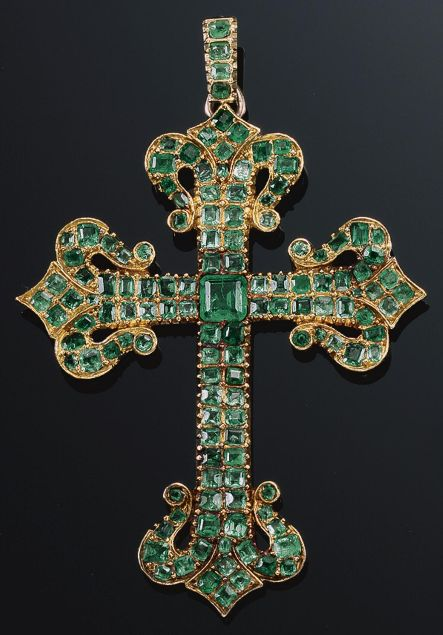 AN ANTIQUE EMERALD PENDANT, LATE 18TH CENTURY. Designed as a Latin cross set with foil-back step-cut emeralds, the cardinal points terminating in fleur-de-lys motifs. #antique #pendant