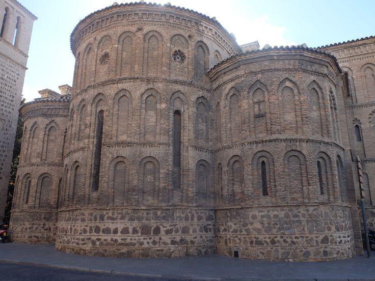 Absides.Es la única iglesia de Toledo que sigue la costumbre castellana de tres ábsides.  Los laterales con de menos tamaño. Los arcos ciegos con polilobulados, apuntados y de medio punto. Su decoración es mas complicada que la de los ábsides de Segovia o Avila. La ventadas están enmarcadas por arcos de medio punto.