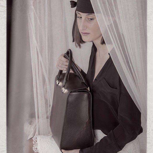 OKSANA, color negro. #BolsosExclusivos #EdiciónLimitada Fotografía de #FelipeZS #virtucugat #trendyfashion #streetstyle #luxurybags #trending #brandbags #trending #fashionista #fashionable #fashionbags #luxurybagbrand #designerbags #designerhandbags #brandbags #newbrands