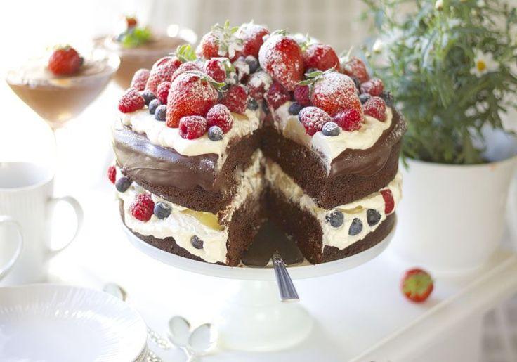 Saftig sjokoladekake med krem og forfriskende bær Det er mai måned og varmt i Trøndelag. Jeg har bakt årets sommerkake. …