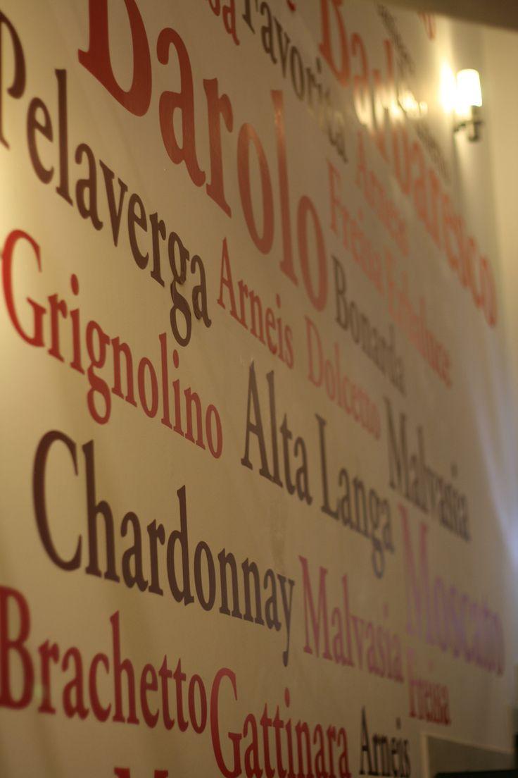 Tra questi #vini, qual è il vostro #preferito? Una delle pareti del #Wine #bar vi può dare una mano a scegliere...
