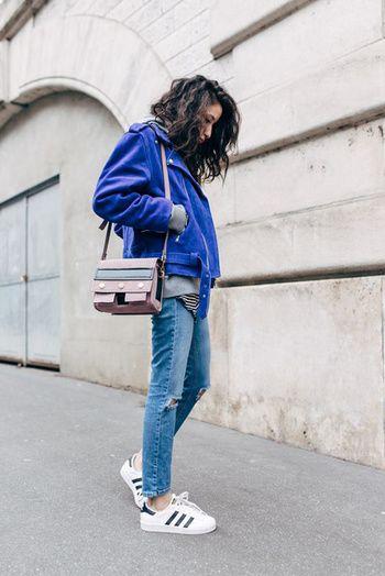 Un look d'automne avec une veste en daim bleu électrique