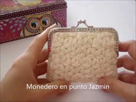 Precioso monedero en punto jazmín, muy fácil de hacer, queda bonito con cualquier lana que utilices. En el vídeo no se ve muy bien, pero he utilizado una lan...