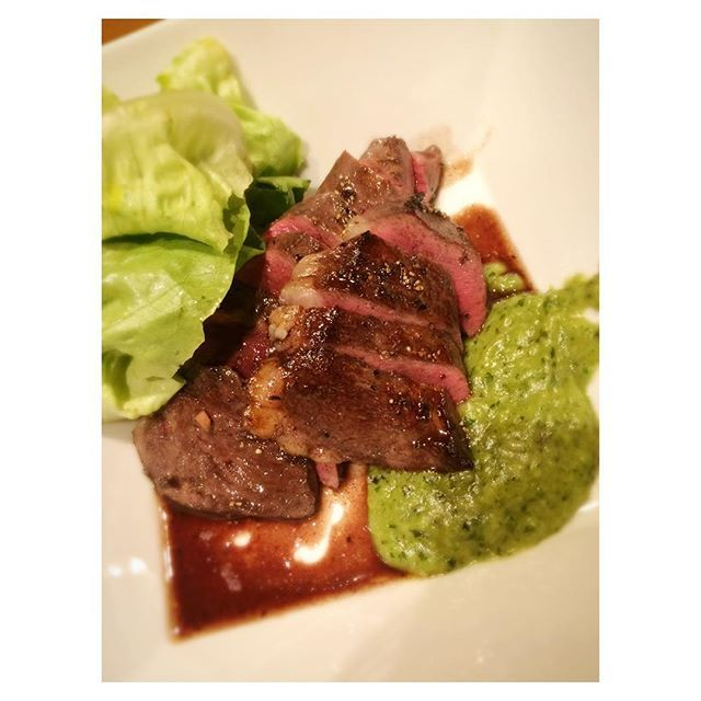ハツのステーキとバジルソース、トリュフオイルのサラダ、これ堀越の賄い❤️うまー  #beef#roast#yummy#foodstagram#foodporn#instafood#steak#delicious#dinner#tokyo肉匠堀越#gourmet#六本木#肉#牛肉#牛さんありがとう#ステーキ#肉スタグラム#肉食#肉テロ#グルメ#東京グルメ#夜ごはん#ハツ#로스트비프#비프#고기#맛스타그램#먹스타그램