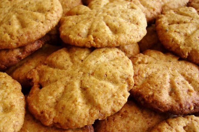 Sušenky: 1 hrnek změklého másla  1 hrnek cukru krystal 1 hrnek hnědého cukru 2…