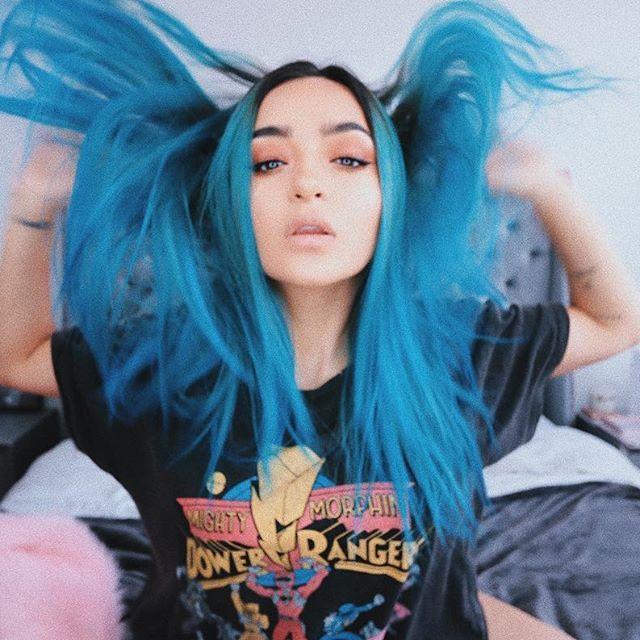 Bebés, muchooos me han estado preguntando cómo me hice este color de pelo! Calle me lo pintó ok? Y usó los tonos #TurquoiseTulip y #BluePeony de @uberliss que amo. Y por si las dudas: NO maltratan el cabello y además tienen tratamiento incluido en el tinte! Vayan a chismosearlos #uberliss #bondsustainercolor
