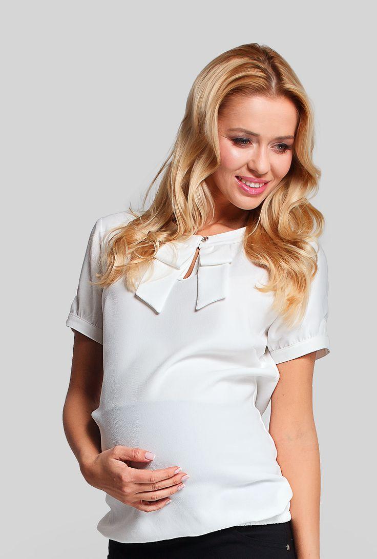 Foarte dulce si feminina, camasa Chic este ideala pentru o gravida, indiferent de numarul de saptamani ale sarcinii. Are un elastic in parte inferioara care permite camasii sa se aseze superb pe burtica. De asemenea, se poate purta fara probleme si dupa nastere, ascunzand posibila burtica ramasa. Are maneci scurte si detalii subtile feminine, cum ar fi funda din zona decolteului sau nasturasii de pe maneci.  #maternitystyle #maternitychic #fashion #burticabusiness