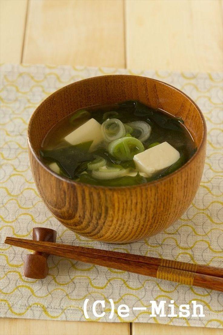 和食の定番、シンプルなお味噌汁。 たんぱく源である豆腐にねぎやわかめを加えて食物繊維を補給。
