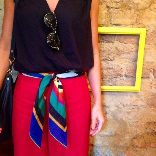 pantalona vermelha, lenço com os laços pra frente em verde, azul, preto e vermelho, top preto