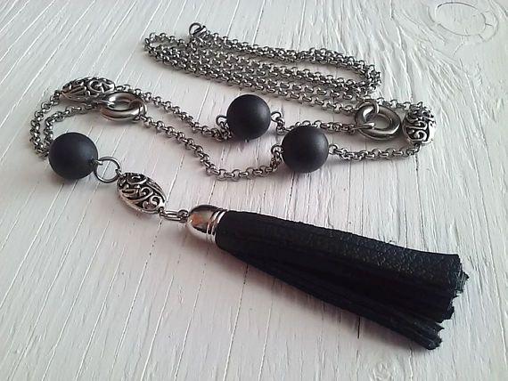 Long collier avec breloque de cuir noir ... perles noires