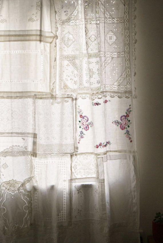 Fait entièrement de tissus vintage achetés de boutiques et magasins d'antiquités, des ovales de napperons...