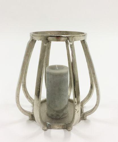 Flott og rustikk Alexandria lysholder. Varen er produsert i formstøpt, nikkelbelagt aluminium.  Mål: Høyde 25 cm Ø bunn 18 cm Ø topp 16 cm  Materiale: Nikkelbelagt aluminium  Varenummer: 550469