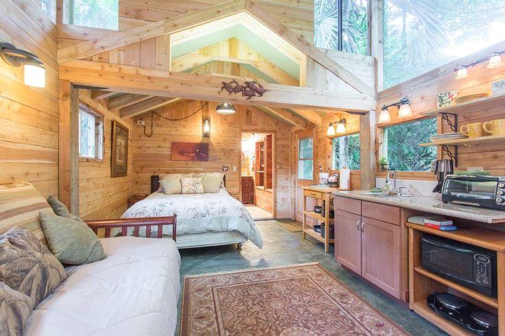 5.โซนห้องนั่งเล่นมีโซฟายาว ที่สามารถนอนได้ หลังคาสูงโปร่ง มีช่องหน้าต่างให้แสงส่องเข้ามาได้ในตอนกลางวัน