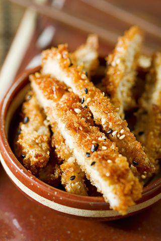 Jest to danie, obok noodli, które najprawdopodobniej każdego dnia zapełnia najwięcej żołądków w Japonii. Zamówisz to danie w większości restauracji, istnieją nawet takie, które specjalizują się głównie w tej potrawie i jej wariacjach. Danie, którego przepis podajemy jest najbardziej rozpowszechnioną…