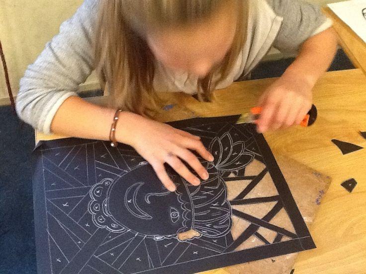 Glas-in-lood Zwarte Pietjes.  Tekenen, uitknippen en snijden. Wat er is uitgesneden wordt met vloeipapier opgevuld. Mooi resultaat!
