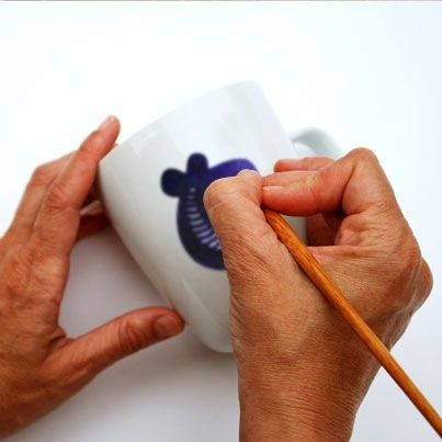 Vavou mugs are painted «freestyle» without a pattern, so every item comes out individually unique.