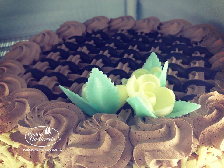 Vi auguriamo un buon #WeekEnd con questa #torta decorata con panna al cacao e cioccolato :) Scoprite tutte le nostre torte fantasia :)
