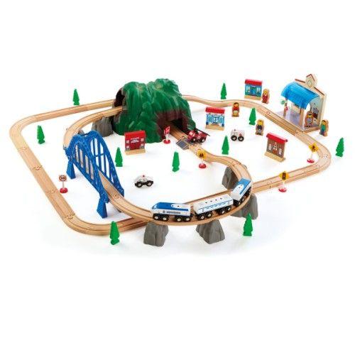 L'enfant commence par assembler les rails en bois de ce circuit très robuste. Puis, il place les éléments de décor, dont une gare, des magasins, des arbres, un pont, des panneaux de signalisation, une montagne percée de deux tunnels, des chefs de gare, une locomotive, des wagons... L'enfant imagine différents circuits et invente de nombreuses histoires. Avec ce circuit de train, il développe sa dextérité et son imagination.