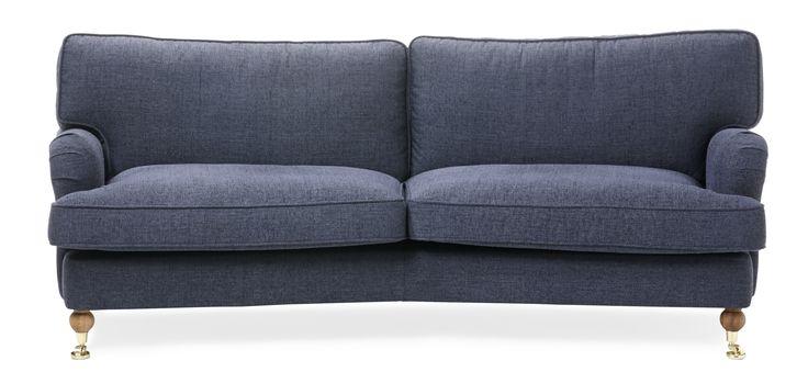 Watford är en svängd 2-sits soffa i komfort delux med fjäderblandning i sitsen och ryggen. Det är en klassisk howardsoffa med mjuka rundade former och skön sittkomfort. Watford går att få i många olika tyger och färger och med olika typer av ben. Med komfort delux får du en extra lyxig känsla när du sätter dig ned. Köp gärna till en fotpall, nackkudde eller fåtölj i samma serie.