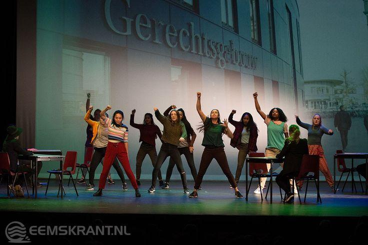 Geslaagde dansvoorstelling dansstudio Tapila2; Ruim honderd dansers vertellen het verhaal van een vluchteling