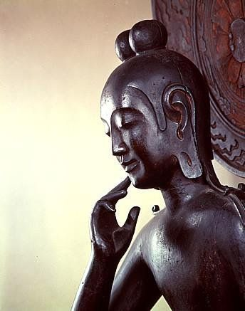 【奈良・中宮寺/菩薩半跏像(飛鳥)】中宮寺本尊。像高132.0cm。寺伝では如意輪観音だが、当初は弥勒菩薩像として造立されたと考えられており、現在は「菩薩半跏像」とだけ呼ばれる。 | 仏像 | Pinterest