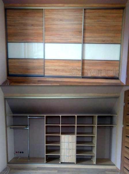 zabudowa pod skosem dachu - drzwi na obniżeniu - układ szafy i drzwi doskonale harmonizuje z dodatkami i akcesoriami wnętrza
