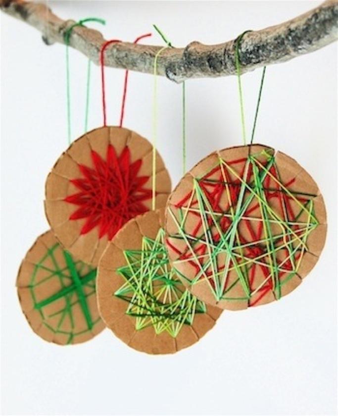 Eenvoudige kerstballen van karton + garen.