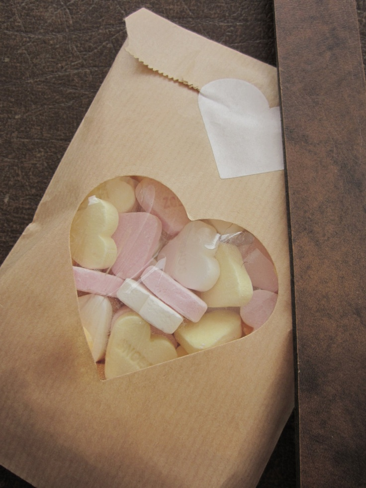 Kraft paper bags with a heart window. Perfect for making party favors!  Kraft papieren zakjes met hart venster en cardstock papier voor extra stevigheid set van 20 --- Voor je bruiloft of verjaardagsfeest. €9,95, via Etsy.