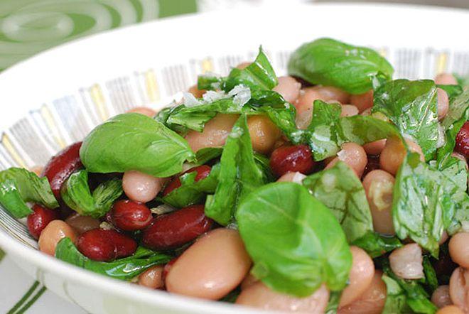 Dessa basilikamarinerade bönor är ett gott tillbehör till sommarens grillmåltider. Passar också bra att blanda med rivna morötter, strimlad vitkål eller paprikatärningar för en matigare sallad.