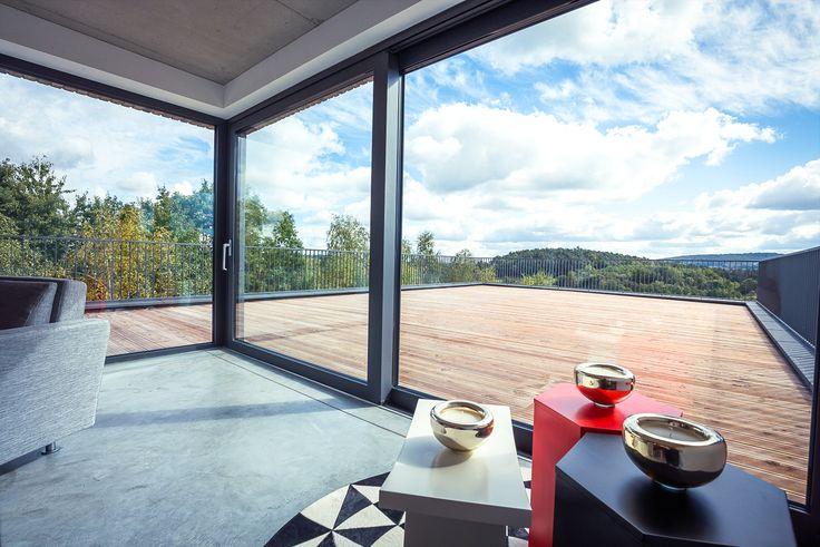Une vue imprenable depuis le salon grâce à l'installation d'une large baie vitrée coulissante. http://www.oknoplast.fr/ #Oknoplast #Baie #Vitrée #Fenêtre #décoration #architecture
