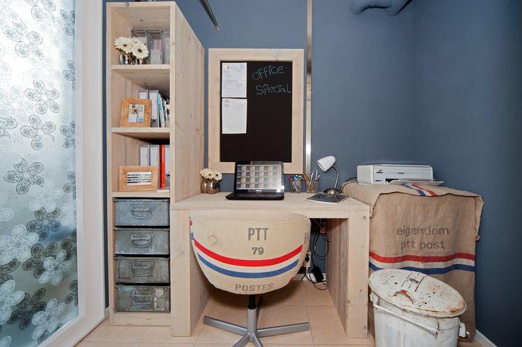 Ons kantoortje gemaakt van Nieuw steigerhout met zinken industriële bakken van Phillips fabriek. Mooie stoel bekleed met originele PTT Post zakken.  #leenbakker.