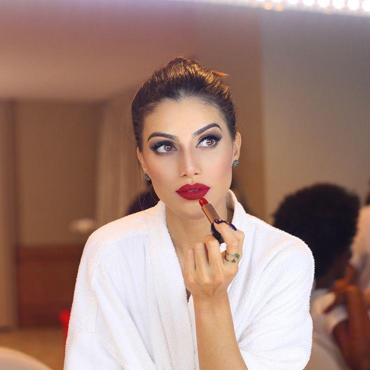 Camila Coelho..olhos delineado  e batom vermelho...combo power...;)