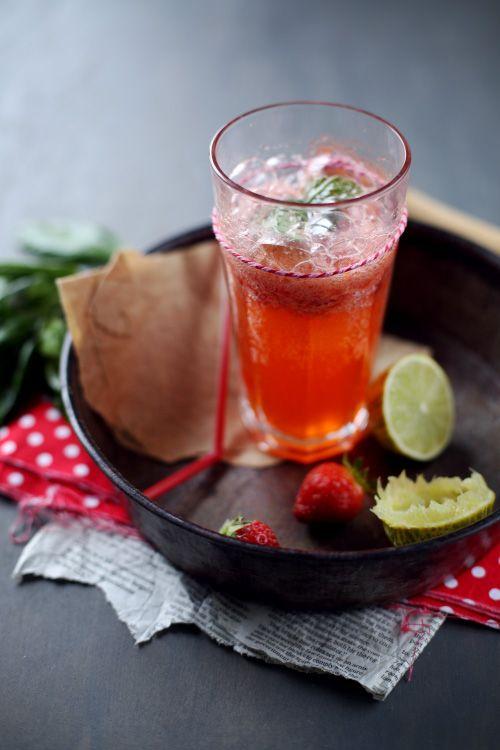 Boisson pétillante fraise basilic