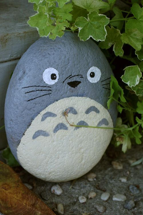 Totoro painted rock hidden in the garden. Method: 1. Clean the rocks (water + soap or water + bleach). 2. Prime them! (with white or light colored acrylic paint). 3. Paint them. 4. Varnish them.                                                                                                                                                     More