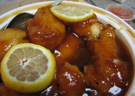 Una ricetta classica della cucina cinese per preparare un saporito piatto: il pollo viene prima fritto e poi ricoperto da una fresca salsina al limone